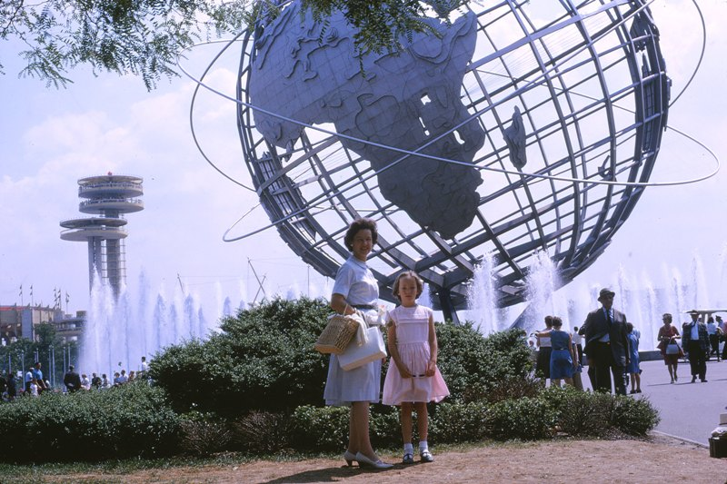 05 1964.08 Phyl+Jenny Unisphere